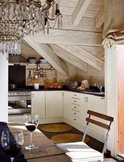 Bucatarie la mansarda in stil rustic scandinav