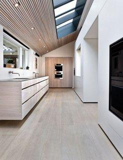Bucatarie moderna amenajata la mansarda unui apartament