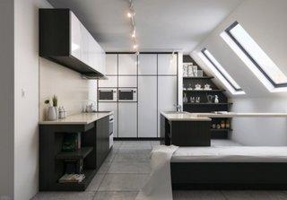 Mobila de bucatarie alb lucios pentru un design modern la mansarda