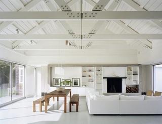 Livingroom elegant cu decor alb