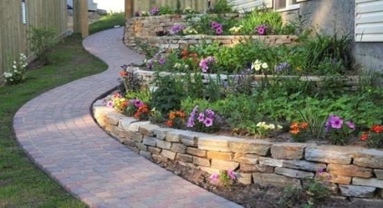 Amenajare gradini in panta cu straturi de flori