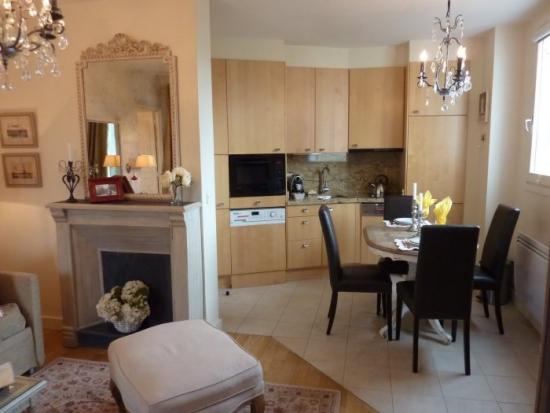 Bucatarie cu perete partial cu sufrageria