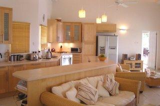 Insula de bucatarie confectionata pe comanda cu rafturi pe interior