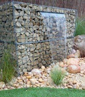 Cascada de gradina din plasa si pietre