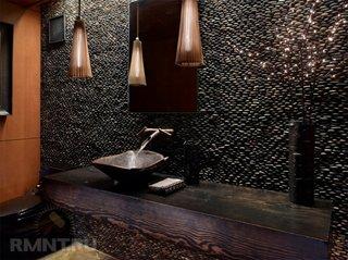 Perete baie placat cu pietre