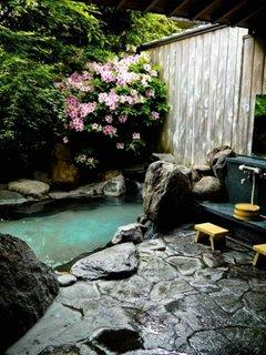 Bazin cu apa in gradina mica pavata cu piatra