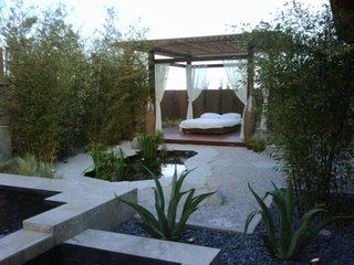 Foisor de gradina cu pat pentru relaxare