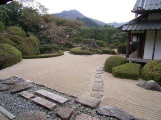Gradina in stil japonez cu pietre si pietris