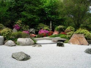 Pietris si arbusti cu flori colorate idee amenajare gradina
