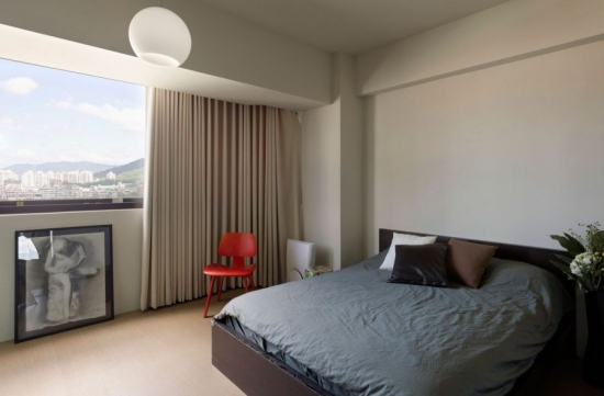 Dormitor simplu in culori neutre