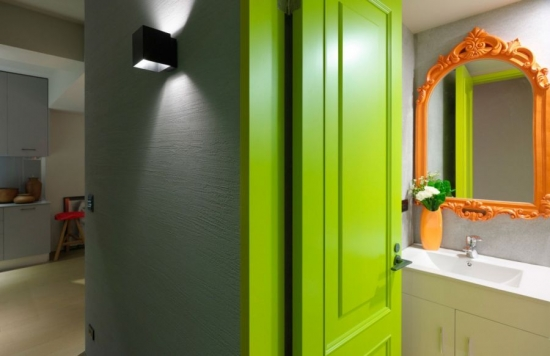 O altfel de baie in verde si culori neutre