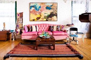 Canapea roz asortata cu covor cu motive etnice