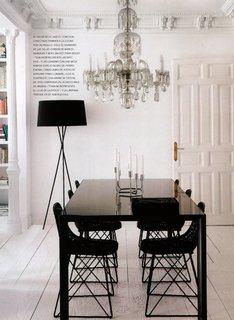 Interior alb cu mobilier negru