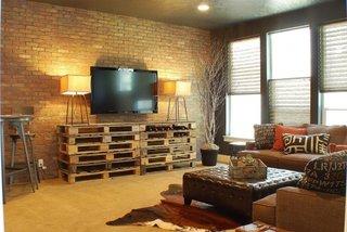 Living cu coltar maro si comoda TV din paleti