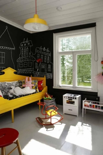 Camera de copii cu pereti cu vopsea cu efect de tabla de scris si canapea galbena