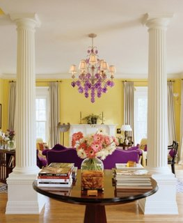 Combinatie de galben si violet pentru interior de living