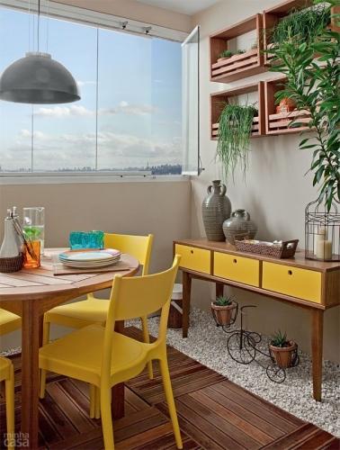 Dining cu mobilier din lemn de culoare natur si galben aprins