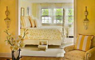 Dormitor amenajat romantic cu accente galbene