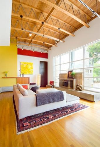Living modern cu perete de accent galben