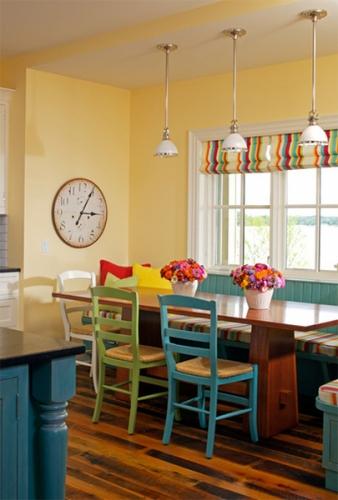 Loc pentru luat masa cu pereti galben pai si scaune colorate