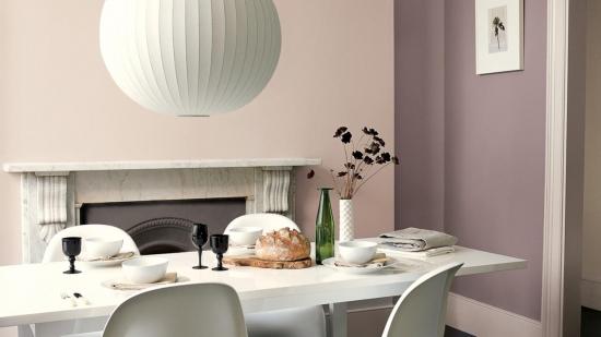 Dinning cu masa alba si pereti in diferite nuante de gri