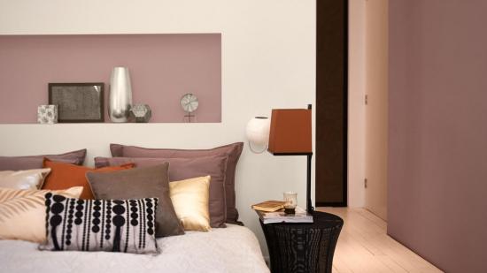 Dormitor amenajat cu pereti crem si gri