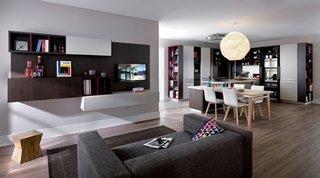 Living cu canapea gri si mobilier in combinatie de gri inchis cu alb