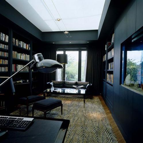 Birou cu pereti negri si ferestre mari