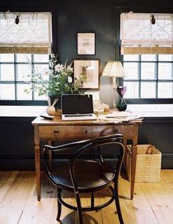 Camera cu pereti negri si birou din lemn