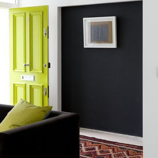 Camera cu pereti negri si usa verde lemon