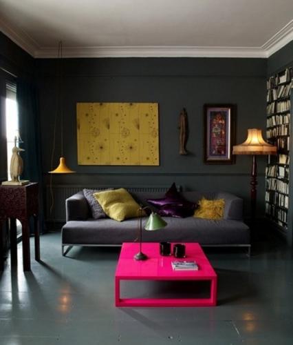 Camera de zi cu pereti negri si accesorii colorate