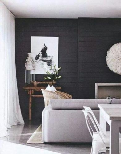 Living zugravit cu negru si ferestre mari