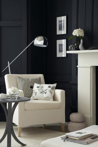 Sufragerie cu pereti negri semineu si fotoliu alb