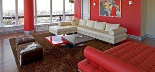 Coltar alb din piele si sezlong rosu pentru o camera de zi relaxanta