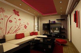 Living ingust amenajat pe lat cu perete cu tapet cu flori rosii
