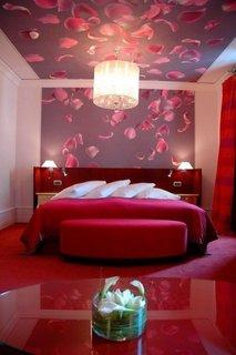 Mocheta rosie pufoasa pentru dormitor asortata cu tapet decorativ