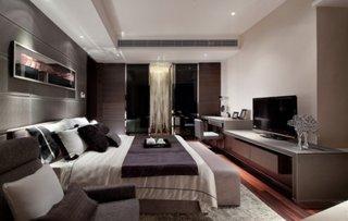 Dormitor amenajat cu televizor si birou