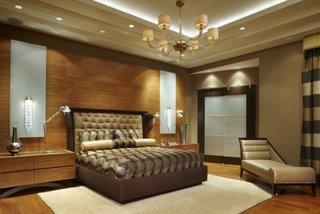 Dormitor cu aplice pe peretele cu patul