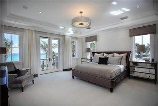 Dormitor matrimonial cu comoda cu oglinzi
