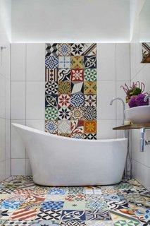 Baie cu pardoseala din placi ceramice decorative si perete patchwork