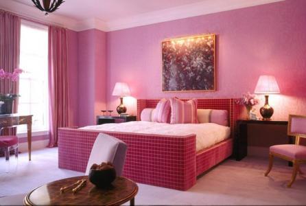 Dormitor elegant decorat in tonuri de roz