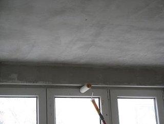 Aplicarea amorsei pe zonele inguste de perete
