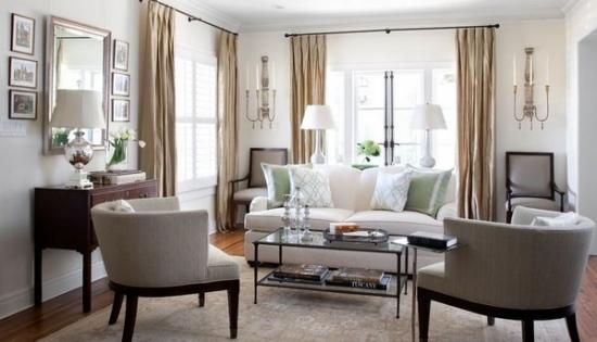Decor simetric cu scaune si canapea