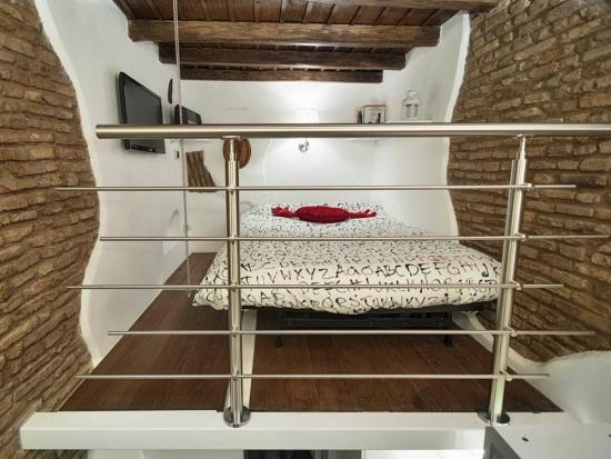 Dormitor cu pat la inaltime