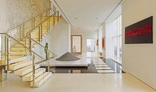 Scara interioara cu trepte bloc de marmura si balustrada aurie