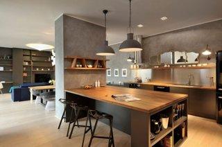 Bucatarie moderna cu blaturi din lemn de stejar despartita partial de dining
