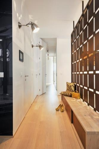 Holul apartamentului cu parapetul din corten si dressinguri