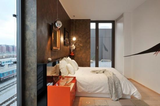 Mobilier negru cu portocaliu intr-o camera bine iluminata