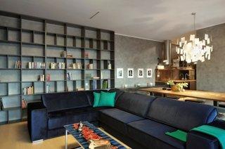 Pereti zugraviti cu gri, pernute decorative verzi si cafetiera albastra cu portocaliu