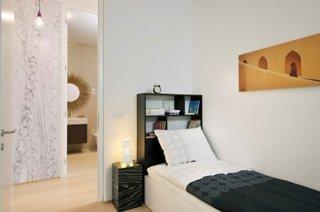 Tablou decorativ deasupra patului si mobilier negru